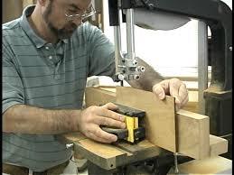 Какие меры безопасности следует соблюдать при использовании деревообрабатывающих станков?